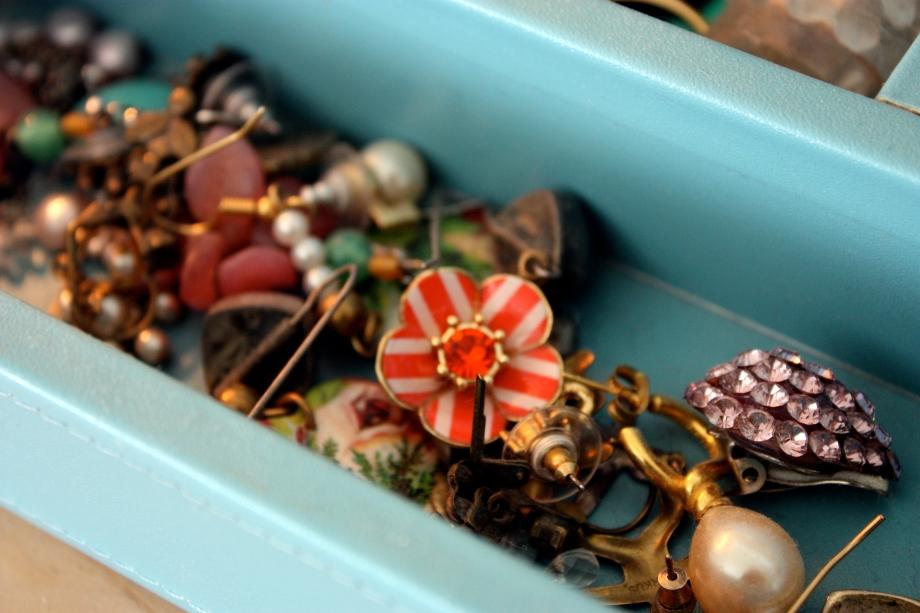 lens (re)cap: my mother's jewelry box.
